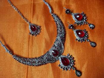 indian bridal diamond and pink stone studded set with matching earrings nad maang teeka