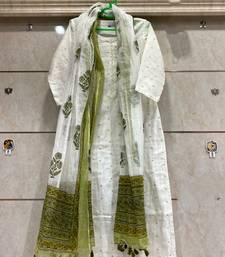 White Colored Cotton Kurti Along With Mehandi Color Dupatta Attched Tassels