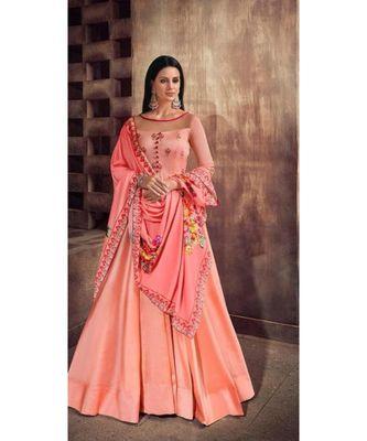 Tapeta Silk gown