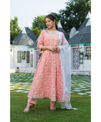 The Elegant Peach Print Kurta set with Dupatta is a pleasant combination to enhance your closet