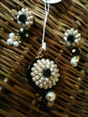 pearl pacci flower with black stone